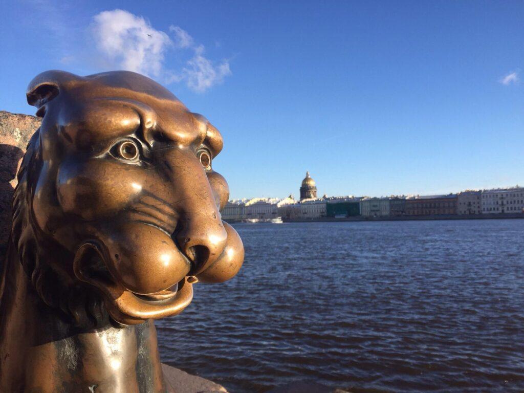 Экскурсия познакомит туристов с главными достопримечательностями города на Неве